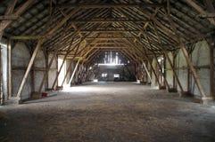 Granaio rurale di legno con i grandi supporti Fotografia Stock Libera da Diritti