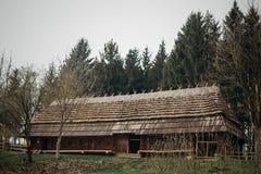 Granaio rustico e di legno all'azienda agricola della campagna, vecchia stalla scandinatian Fotografie Stock Libere da Diritti