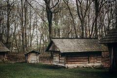 Granaio rustico e di legno all'azienda agricola della campagna, vecchia stalla scandinatian Fotografia Stock Libera da Diritti