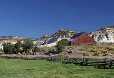 Granaio rustico e paesaggio rurale Fotografie Stock