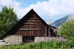 Granaio sgangherato di rovina nelle alpi francesi Fotografia Stock