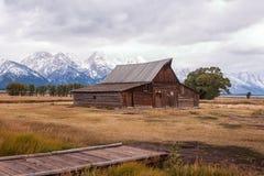 Granaio storico di Moulton con le montagne innevate in alci, Wyoming fotografia stock libera da diritti