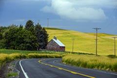 Granaio sulla curva di backroad con il Palouse Fotografie Stock