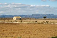 Granaio in un campo arato Fotografia Stock