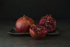 Granatäpfel auf einer Tabelle Stockbilder