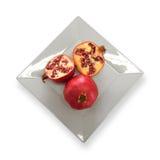 Granatäpfel auf weißer Platte Lizenzfreies Stockbild