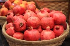 Granatäpfel in einem Korb stockfotografie