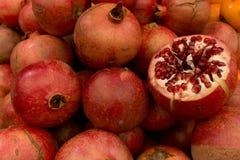 Granatäpfel ganz und geschnitten Lizenzfreie Stockfotografie