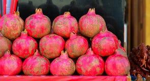 Granatäpfel im Korb für die Saftherstellung stockfotografie