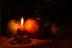 Granatäpfel mit Kerze Melegrane-Betrugcandela Stockfotografie