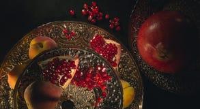 Granatäpfel und Pfirsiche stockfoto