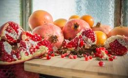 Granatäpfel und verrührte Gewürze Lizenzfreies Stockfoto