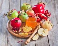 Granatäpple, äpplen och honung Arkivbild