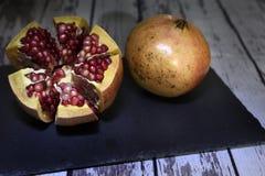 Granatäpple en mycket saftig och utsökt frukt arkivfoto
