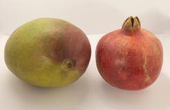 Granatäpple en röd frukt och mango på en vit bakgrund Royaltyfri Fotografi