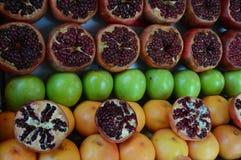 Granatäpple granatrött, äpple, grapefrukt fotografering för bildbyråer