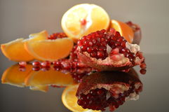 Granatäpple- och apelsinkilar royaltyfri fotografi
