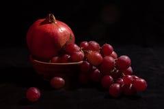 Granatäpple och druvor Arkivbilder