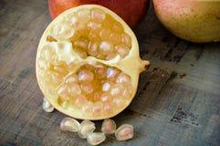 Granatäpple som är halv med vitt frö royaltyfri foto