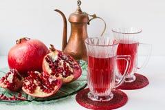 Granatäppledrink och granatäpple arkivfoto