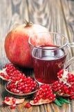 Granatäpplefruktsaft med mogen ny punicagranatum bär frukt Arkivfoton