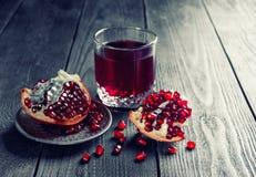 Granatäpplefruktsaft med ny frukt på tabellen Arkivfoton