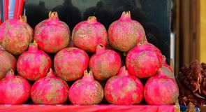 Granatäpplen i korgen för fruktsaftframställning arkivbild