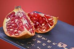 Granatäpplen med röd bakgrund royaltyfri bild
