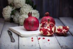 Granatäpplen och krysantemum Royaltyfri Fotografi