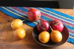 Granatäpplen och passionfrukt i en bunke Royaltyfria Bilder