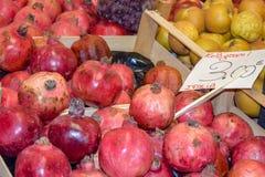 Granatäpplen på skärm på bönder marknadsför i Italien arkivbild