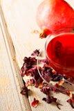 Granatäpplete. Rött te. Arkivfoton