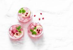Granatäppletequilacoctail Ljus alkoholdryck för sommar som kyler aperitif På ljus bakgrund bästa sikt, fritt utrymme Royaltyfri Bild