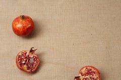 Granat Apple που βρίσκεται σε μια sackcloth επιφάνεια Στοκ Φωτογραφίες