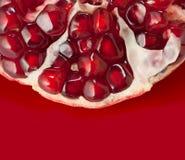 Granat auf einem roten Hintergrund Lizenzfreies Stockbild