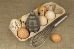 Granat ręczny - jajko Granat między jajkami Wybuchowi jajka, śmieszny obrazek Domowej roboty kurczaków jajka Zdjęcie Royalty Free
