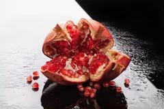 Granatapfel auf einem Glashintergrund Stockfotografie