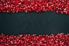 Granatapfel auf einem schwarzen Hintergrund Stockfotos