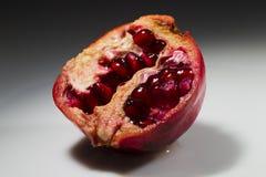 Granatapfel auf einem weißen Hintergrund Stockfotografie