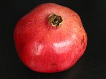 Granatapfel auf schwarzem Hintergrund Lizenzfreie Stockfotografie