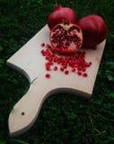 Granatapfel auf Servierplatte Stockfoto