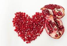 Granatapfel in der Herzform auf weißem Hintergrund Lizenzfreies Stockfoto