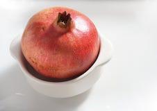 Granatapfel in einer weißen Schüssel Stockbild