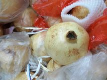 Granatapfel am Frischmarkt Stockbild