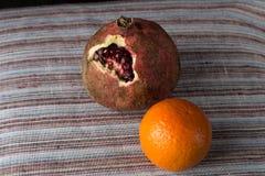 Granatapfel mit Mandarine Lizenzfreie Stockfotos