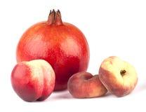 Granatapfel, Nektarine und zwei Pfirsiche lizenzfreie stockfotografie