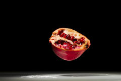 Granatapfel, schwebend in der Luft Stockfotos
