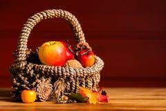 Granatapfel, Trauben und Kastanie auf Holz im Oktober Stockbild