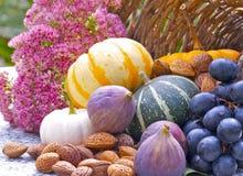 Granatapfel, Trauben und Kastanie auf Holz im Oktober Stockfotos