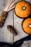 Granatapfel, Trauben und Kastanie auf Holz im Oktober Lizenzfreies Stockbild